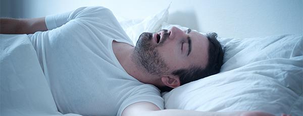 AGA予防には「枕なし」で寝るのが良い? 髪への影響は?
