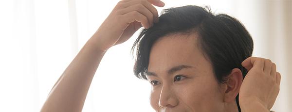 毛髪を気にする男性