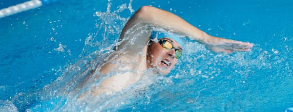 プールや海で泳ぐと薄毛が進行しやすいって本当? 対策法はあるの?